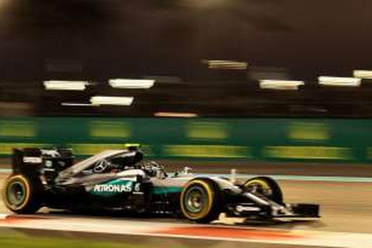 Pebalap Mercedes AMG Petronas F1 Team asal Jerman, Nico Rosberg, memacu mobilnya pada balapan GP Abu Dhabi di Sirkuit Yas Marina, Minggu (27/11/2016).