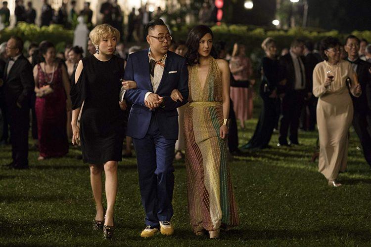 (Dari kiri) Awkwafina, Nico Santos, dan Constance Wu dalam salah satu adegan film Crazy Rich Asians.