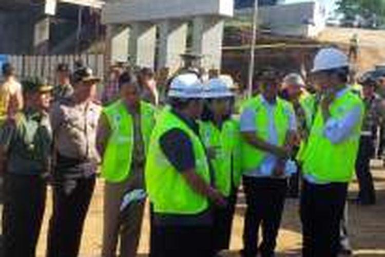 Presiden Joko Widodo saat meninjau proyek tol Bogor-Ciawi-Sukabumi pada Selasa (21/6/2016).