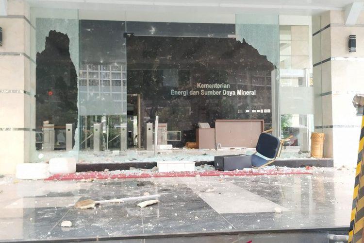 Gedung Kementerian Energi dan Sumber Daya Mineral (ESDM), Jakarta Pusat, dirusak oleh massa demonstran yang melempari gedung tersebut dengan bebatuan, Kamis (8/10/2020) sore.