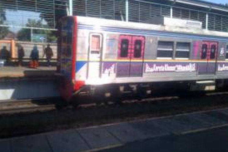 Kereta commuter line, gerbong khusus wanita di Stasiun Pasar Minggu.