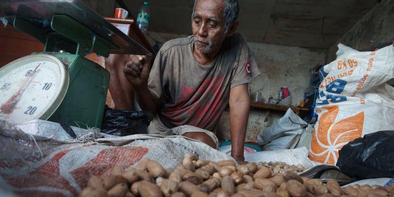 Seorang penjual pala di salah satu pasar tradisional di Fakfak Papua Barat. Pala menandingi komoditas utama masyarakat Fakfak