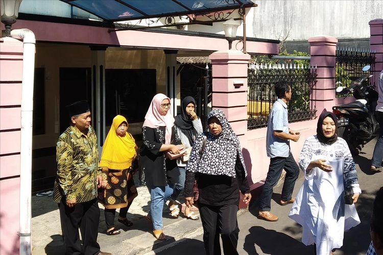 Warga berdatangan melayat ke rumah duka Kepala Pusat Data Informasi dan Humas (Pusdatinmas) Badan Nasional Penanggulangan Bencana (BNPB) Sutopo Purwo Nugroho di Dusun Surodadi RT 007/RW 009, Siswodipuran, Boyolali, Jawa Tengah, Minggu (7/7/2019).