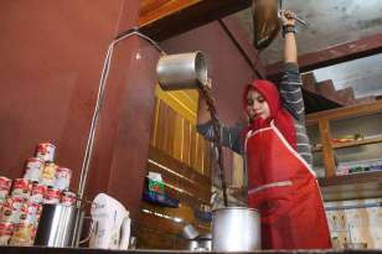 Novita Riantika akrad disapa Dek Ka, sedang meracik kopi di Abuwa Kupi, Lhokseumawe, Aceh, Minggu (30/10/2016). Dia barista perempuan satu-satunya di Lhokseumawe.