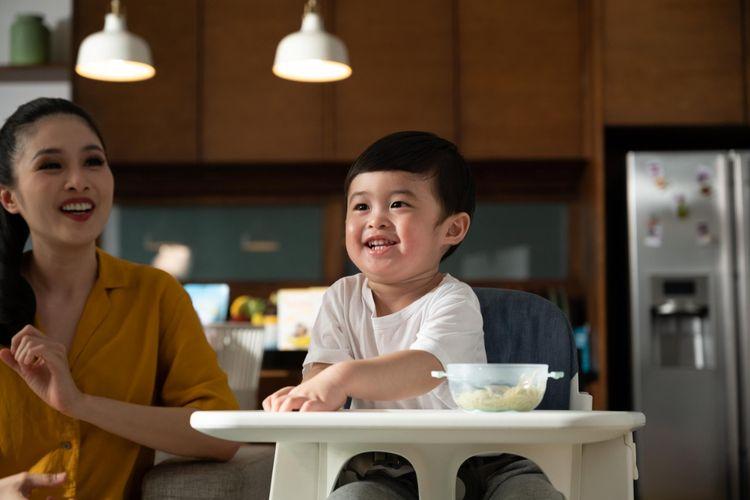Sandra Dewi bersama anaknya, Mikhaela Moeis.