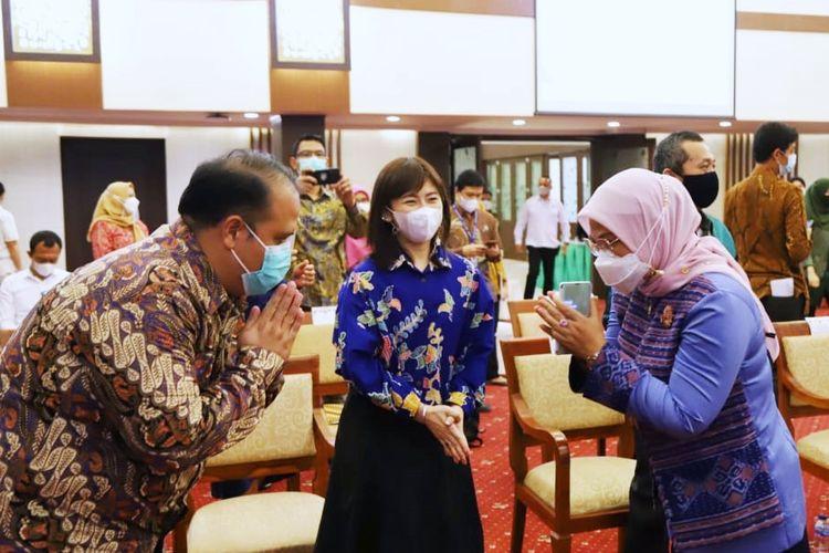 Menteri Ketenagakerjaan (Menaker) Ida Fauziyah dalam agenda penandatanganan nota kesepahaman (MoU) dengan LinkAja, Alfamart, OLX Autos dan PT Kubota Indonesia di Ruang Tridharma Kementerian Ketenagakerjaan (Kemenaker) Jakarta, Rabu (16/6/2021).