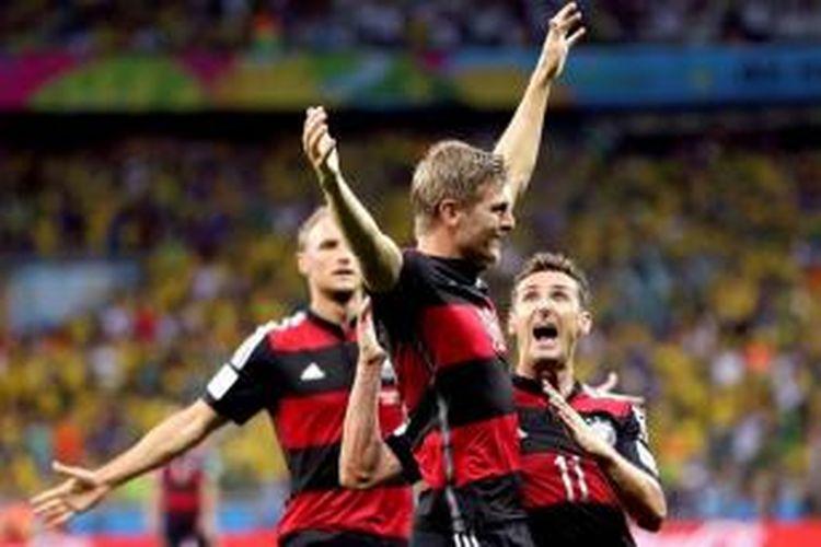 Pemain Jerman Toni Kroos bersama Miroslav Klose merayakan kemenangan usai merobek gawang Brasil dalam laga semifinal Piala Dunia 2014 di Mineirao Stadium, Belo Horizonte, Brasil, 8 Juli 2014. Brasil harus mengakui keunggulan Jerman dengan skor akhir 7-1.