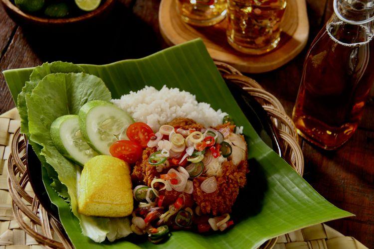 ilustrasi nasi ayam geprek, makanan Kereta Api Indonesia.