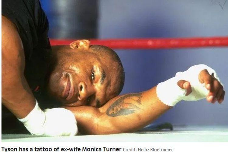 Tato mantan istri yang ada di tangan kiri Mike Tyson.