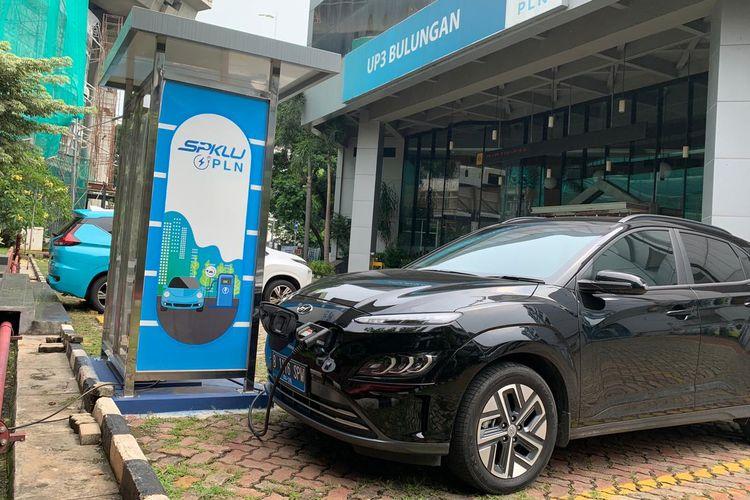 Hyundai Kona EV saat mengisi daya di SPKLU PLN