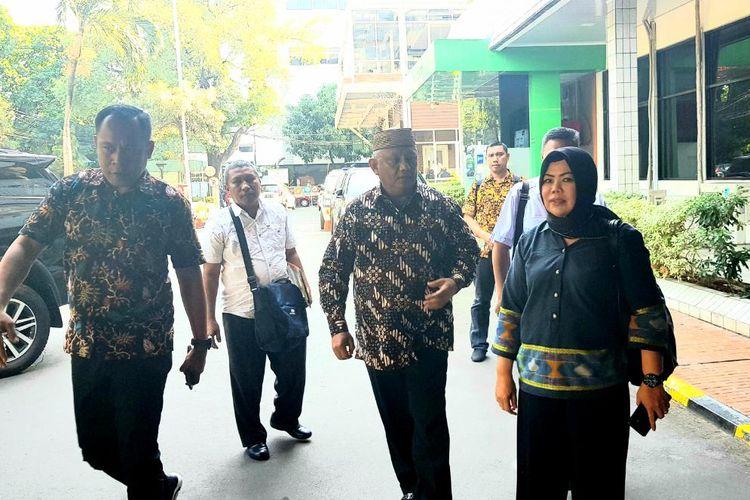 Keponakan BJ Habibie, Rusli Habibie (berpeci) saat mendatangi Paviliun Kartika, RSPAD Gatot Subroto, Jakarta Pusat, Rabu (11/9/2019).