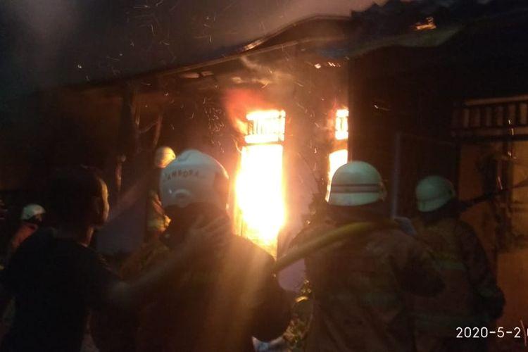 Petugas pemadam kebakaran bertugas memadamkan api yang membakar rumah di Jalan Jembatan Dua Barat RT 06/ RW 10, Kelurahan Angke, Kecamatan Tambora, Jakarta Barat, pada Sabtu (2/5/2020) dini hari tadi