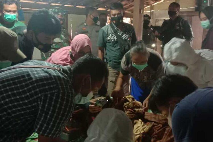 Rika (21) warga Dusun Tanjungsari, Desa Tlogotirto, Kecamatan Gabus, Kabupaten Grobogan, Jawa Tengah tewas tersetrum saat hendak mengambil handphone yang dicaz di dalam rumahnya, Kamis (5/3/2021).