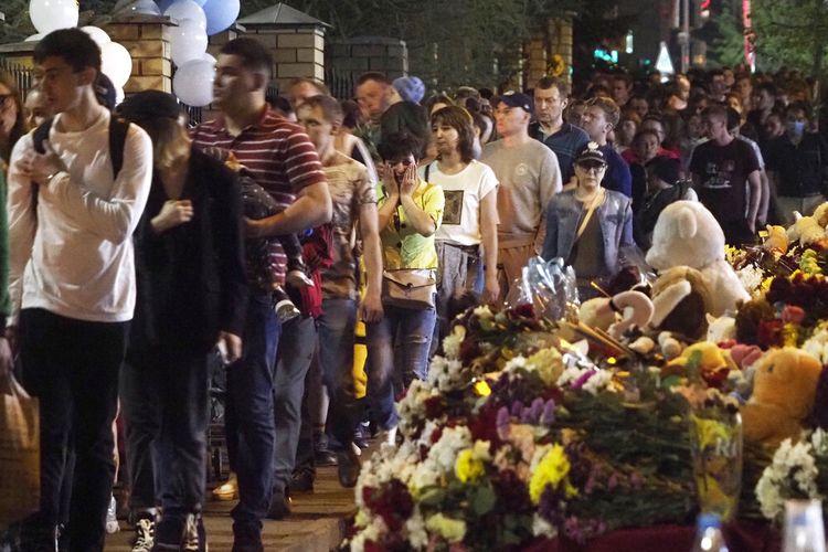 Warga kota Kazan meletakkan bunga di dekat sekolah setelah penembakan pada Selasa di Kazan, Rusia, Rabu (12/5/2021).