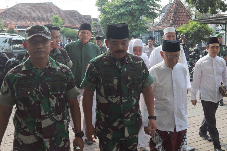 Panglima TNI Marsekal Hadi Tjahjanto, didampingi Pengasuh Pesantren Tebuireng Jombang, KH. Salahuddin Wahid (kanan), saat akan berdialog dengan para alim ulama dan cendekiawan muslim se Jawa Timur, di Pesantren Tebuireng Jombang Jawa Timur, Kamis (20/6/2019).