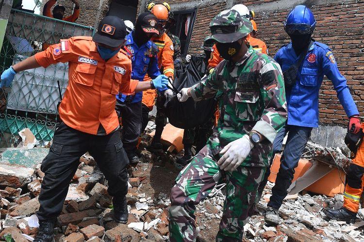 Tim SAR gabungan mengevakuasi jenazah korban gempa bumi magnitudo 6,2 di Mamuju, Sulawesi Barat, Sabtu (16/1/2021). ANTARA FOTO/Sigid Kurniawan/rwa.
