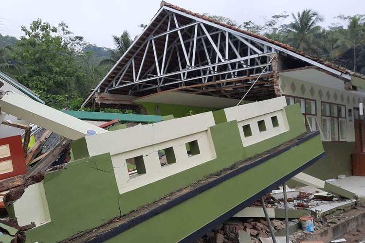 Foto-foto bangunan SD rusak akibat pergeseran tanah akibat cuaca buruk di Kampung Babakaran Jeruk di Kecamatan Cibalong, Kabupaten Tasikmalaya, Rabu (10/2/2021).