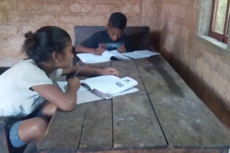 Foto : Saat Vensilias Deki dan Sofia Rolin, para pelajar SMP asal Desa Golo Wune, Kecamatan Poco Ranaka, Kabupaten Manggarai Timur, NTT belajar di rumah mereka, Selasa (5/4/2020).