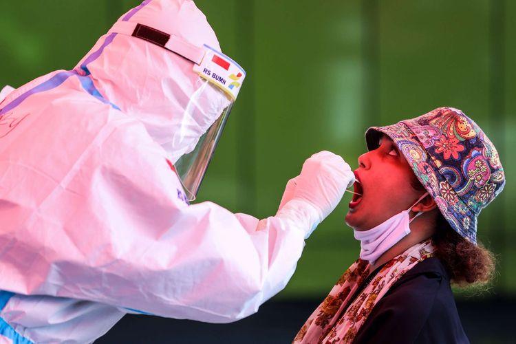 Petugas kesehatan mengambil sampel swab lendir tenggorokan dan hidung di halaman RS Pertamina Jaya, Jakarta Timur, Selasa (5/5/2020). RS Pertamina Jaya dikhususkan untuk menangani pasien virus corona dengan gejala berat dan dilengkapi dengan Command Center dimana 65 Rumah Sakit BUMN di seluruh Indonesia terkoneksi. Sedangan Hotel Patra Comfort sebagai Rumah Sakit Darurat Covid-19 disiagakan untuk menampung pasien corona.