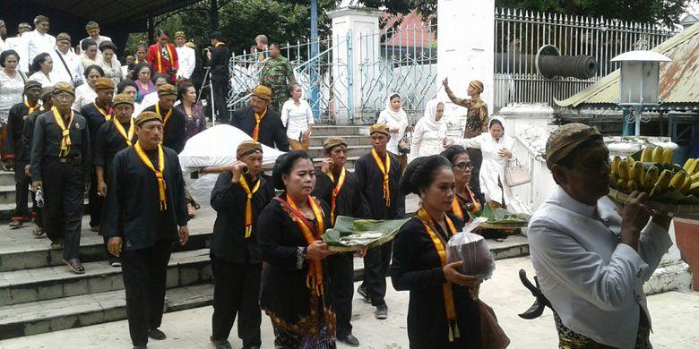 Selain membawa kepala kerbau, para abdi dalem membawa pisang, ayam, dan bunga dalam upacara adat Wilujengan Nagari Mahesa Lawung di Keraton Kasunanan Surakarta Hadiningrat di Solo, Jawa Tengah, Kamis (25/1/2018).