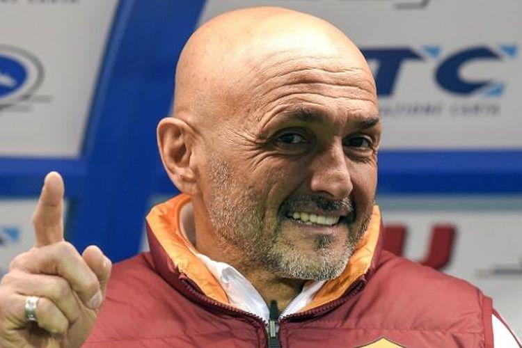 Pelatih AS Roma, Luciano Spalletti, tersenyum saat laga Serie A kontra Empoli, di Stadion Carlo Castellani, Sabtu (27/2/2016) atau Minggu dini hari WIB.