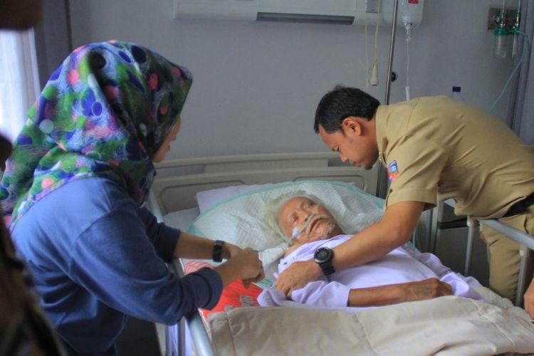 Wali Kota Bogor Bima Arya Sugiarto saat menjenguk salah satu petugas KPPS yang dirawat di Rumah Sakit PMI Bogor, Selasa (23/4/2019).