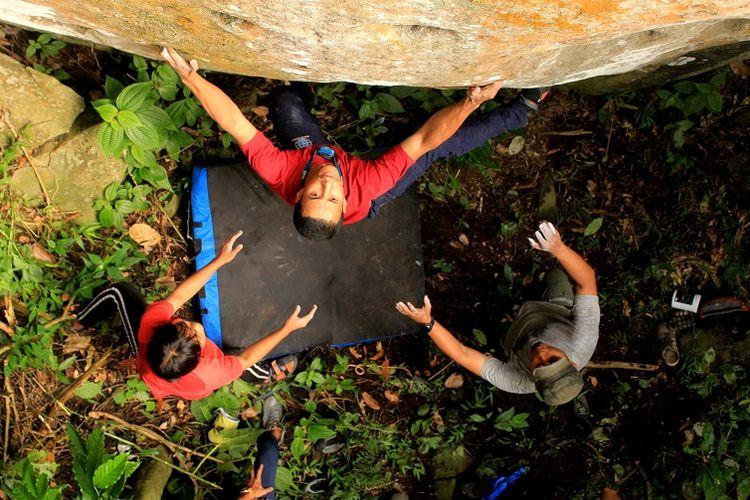 Anggota organisasi Mahasiswa Pencinta Alam Universitas Indonesia (Mapala UI) sedang memanjat dengan teknik bouldering tebing Gunung Bongkok, Desa Sukamulya, Kecamatan Tegal Waru, Kabupaten Purwakarta, Jawa Barat, Minggu (14/4/2019). Gunung Bongkok merupakan salah satu titik wisata panjat tebing di Jawa Barat.