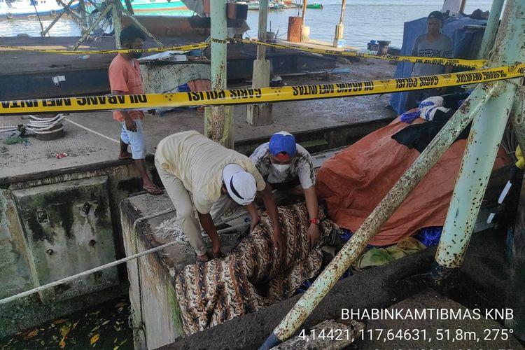 Jenazah nelayan Ramli saat diangkat warga Jamaker Nunukan Kaltara. Ramli tiba tiba muntah darah dan meninggal dunia. Polisi memastikan kematian Ramli murni akibat penyakit bawaan