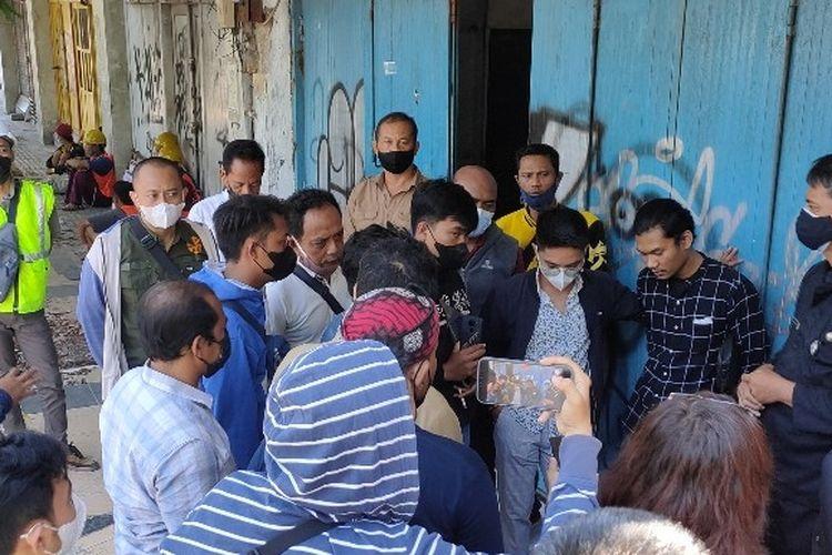 Mahasiswa dan PKL di Kota Tegal, Jawa Tengah meminta penjelasan pejabat DPUPR Kota Tegal karena tetap melaksanakan proyek revitalisasi meski oleh DPRD diminta ditunda sebelum ada sosialisasi dan uji kelayakan di Jalan Ahmad Yani Kota Tegal, Kamis (16/9/2021)