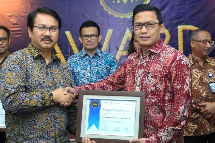 EVP of Investor Relations Division Bank BRI Achmad Royadi mewakili Bank BRI menerima penghargaan sebagai emiten kinerja terbaik di ajang CSA Award 2019, di Kampus Perbanas Institute, Jakarta, Kamis (18/7/2019)