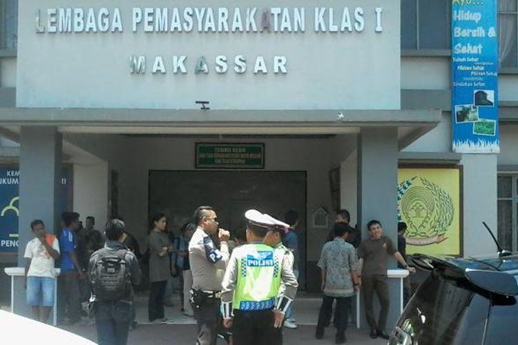 Situasi depan Lapas Klas 1 Makassar yang dijaga polisi saat kedatangan tiga terpidana teroris dari Jakarta, Kamis (1/10/2015).