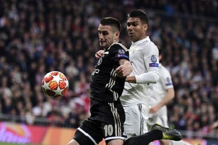 Casemiro membayang-bayangi Dusan Tadic pada pertandingan Real Madrid vs Ajax Amsterdam di Stadion Santiago Bernabeu dalam babak 16 besar Liga Champions, 5 Maret 2019.