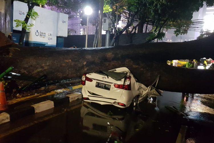 Sebuah mobil bernomor plat B 2359 PFB ringsek tertimpa pohon tumbang di Jalan Sumenep, Menteng, Jakarta Pusat pada Senin (21/9/2020) sekitar pukul 22.00 WIB.