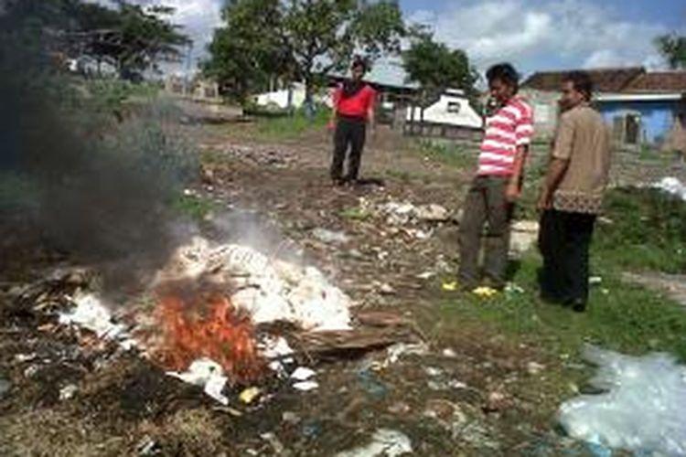 Komisi Penanggulangan Aids (KPA) Kota Kediri, Jawa Timur memusnahkan ribuan kondom perempuan yang telah kedaluwarsa, Jumat (5/7/2013).
