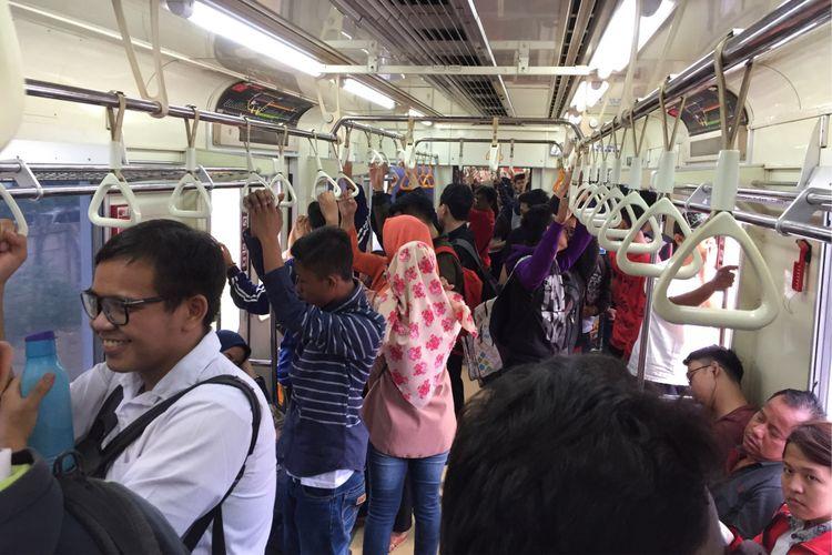 Keramaian penumpang KRL commuter line di peron Stasiun Duri, Jakarta Barat, Kamis (17/8/2017). Perjalanan gratis ini diberlakukan dalam rangka merayakan Hari Kemerdekaan ke-72 Republik Indonesia.