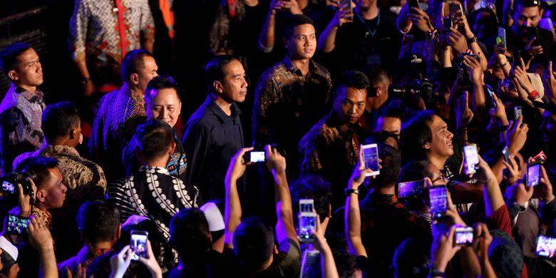 Presiden Joko Widodo datang ke Syncronize Fest 2017 di Gambir Expo Kemayoran, Jakarta, Sabtu (7/10/2017). Festival musik yang berlangsung selama tiga hari hingga Minggu, 8 Oktober tersebut, menampilkan beberapa musisi seperti ada Bangkutaman, Jason Ranti, Adhitya Sofyan, Float, Pee Wee Gaskin, Indische Party, dan Hello Dangdut.