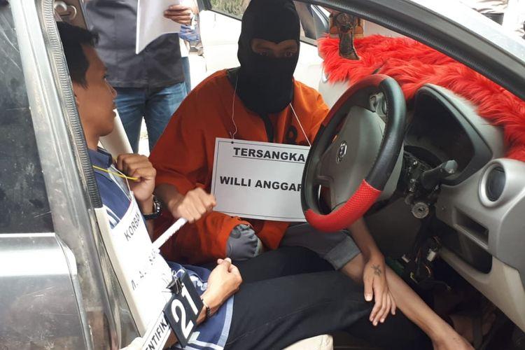 Tersangka Willy melakukan adegan penusukan yang menewaskan M Aji Saputra (25) sopir taksi online yang menjadi korban perampokan