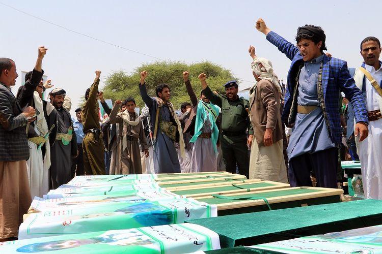 Ribuan warga Yaman meluapkan kemarahan terhadap Arab Saudi dan Amerika Serikat saat menghadiri pemakaman massal korban tewas koban sebuah bus yang dihantam misil koalisi di kota Saada, basis pemberontak Houthi.  Akibat serangan misil pada Kamis (9/8/2018) itu puluhan orang tewas termasuk 40 orang anak-anak.