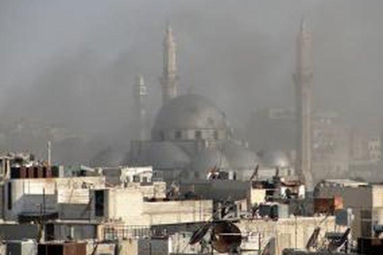 Sebuah foto yang dirilis Shaam News Network, jaringan media kelompok pemberontak Suriah, menampilkan asap mengepul akibat pertempuran di kota tua itu. Komite Palang Merah Internasional (ICRC) mengatakan rezim Suriah menutup akses bantuan kemanusiaan ke kota tersebut.