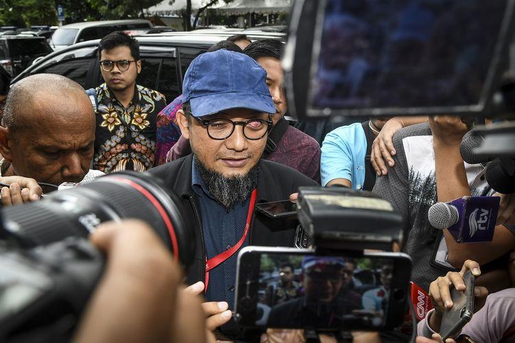 Penyidik Senior Komisi Pemberantasan Korupsi (KPK) Novel Baswedan tiba di Polda Metro Jaya, Jakarta, Senin (6/1/2020). Kedatangan Novel Baswedan untuk memberikan keterangan sebagai saksi pasca penetapan tersangka dua pelaku penyiraman air keras. ANTARA FOTO/Galih Pradipta/ama.