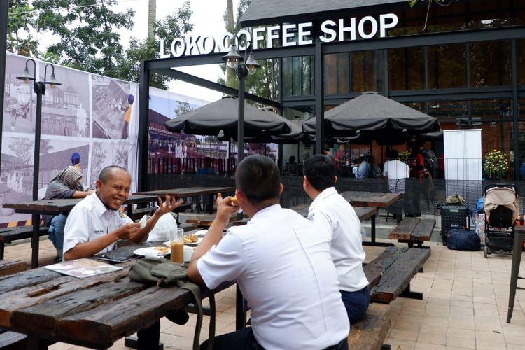 Suasana Loko Cafe di kawasan pintu utara Stasiun Bandung, Jalan Kebon Kawung, Kota Bandung. Cafe ini menawarkan berbagai keunikan, salah satunya sisa-sisa masa kejayaan Belanda lewat kayu bantalan rel bekas.
