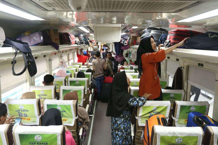 Sejumlah  pemudik saat di dalam kereta di Stasiun Pasar Senen, Jakarta, Minggu (10/6/2018). Puncak arus mudik di Stasiun Pasar Senen diperkirakan jatuh pada 13 Juni 2018 atau H-2 Idul Fitri.