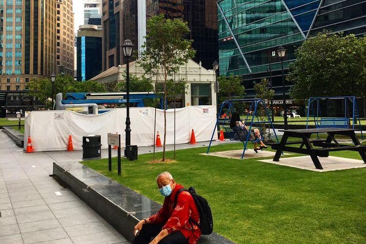 Kawasan Centra Business District (CBD) Singapura di Raffles Place terlihat jauh lebih lenggang dari biasanya, Sabtu siang (11/04/2020). Pemerintah Singapura mewajibkan warganya untuk bekerja dari rumah atau Work From Home (WFH) sejak kebijakan circuit breaker atau setengah lockdown diberlakukan mulai Selasa (07/04/2020)