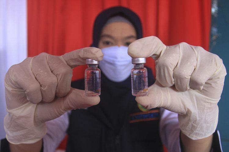 Seorang vasksinator menunjukkan vaksin Covid-19 di Puskesmas Gandus, Kecamatan Gandus, Palembang, Kamis (14/1/2021). Disini Gubernur Sumsel Herman Deru menjadi orang pertama yang disuntik vaksin.
