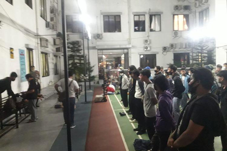 Sejumlah pelajar di Tangerang Selatan ditangkap polisi saat berangkat demo tolak Undang-Undang Cipta Kerja, Kamis (8/10/2020).