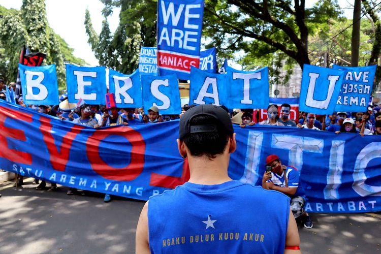 Aliansi Aremania Make Malang Great Again (MMGA) yang diikuti sekitar 2000 orang menggelar aksi damai bentuk kegerahan Aremania atas kasus dualisme yang sudah terjadi selama 9 tahun lamanya dari kawasan Patung Singa hingga Gedung DPRD Kota Baru Malang, Jawa Timur, Senin (16/11/2020) siang.