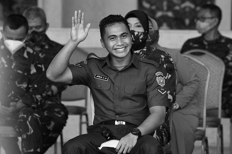 Serda (K) Aprilia Santini Manganang melambaikan tangan sebelum mengikuti sidang penggantian jenis kelamin dan penggantian nama secara virtual yang berlangsung dari Pengadilan Negeri Tondano, Sulawesi Utara, di Markas Besar TNI Angkatan Darat, di Jakarta, Jumat (19/3/2021).
