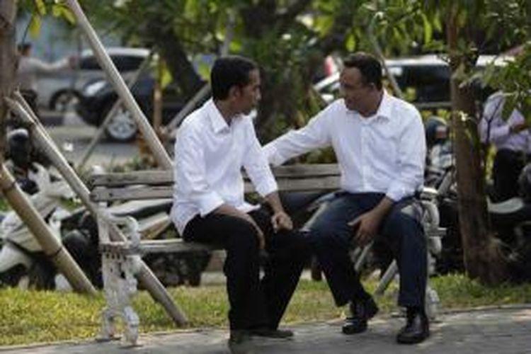 Calon presiden Joko Widodo (Jokowi) didampingi Anies Baswedan, mengisi waktu jelang pengumuman rekapitulasi suara Pilpres 2014 dengan berkunjung ke Waduk Pluit, Jakarta Utara, Selasa (22/7/2014) sore.