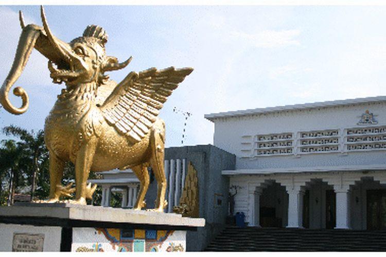 Istana Kutai Kartanegara yang sudah diahlifungsikan sebagai Museum Mulawarman merupakan salah satu destinasi wisata bersejarah di Kabupaten Kutai Kartanegara.