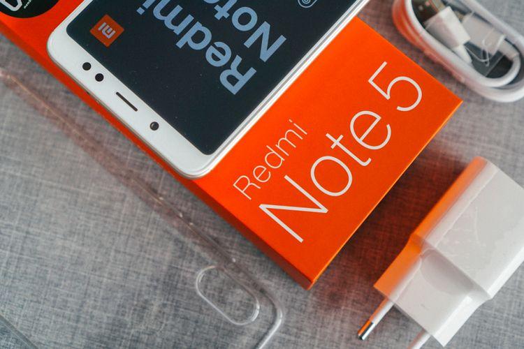 Ilustrasi unboxing Xiaomi Redmi Note 5.